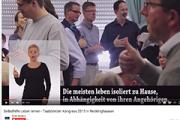 Das Bild zeigt einen Filmausschnitt mit Untertitel und DGS-Dolmetscherin