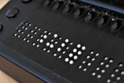 Das Bild zeigt den Ausschnitt einer Braillezeile